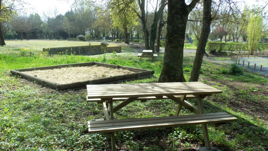 Aire stationnement camping cars tonnay charente site - Piscine de tonnay charente ...